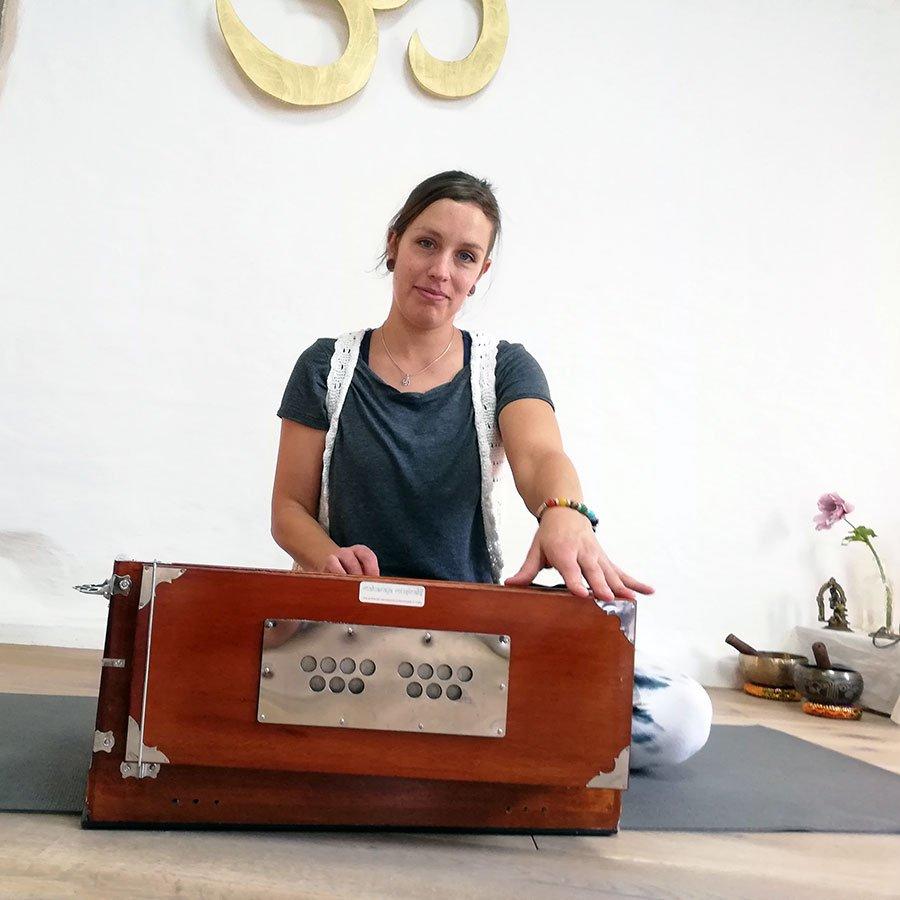 Yoga mit Harmonium