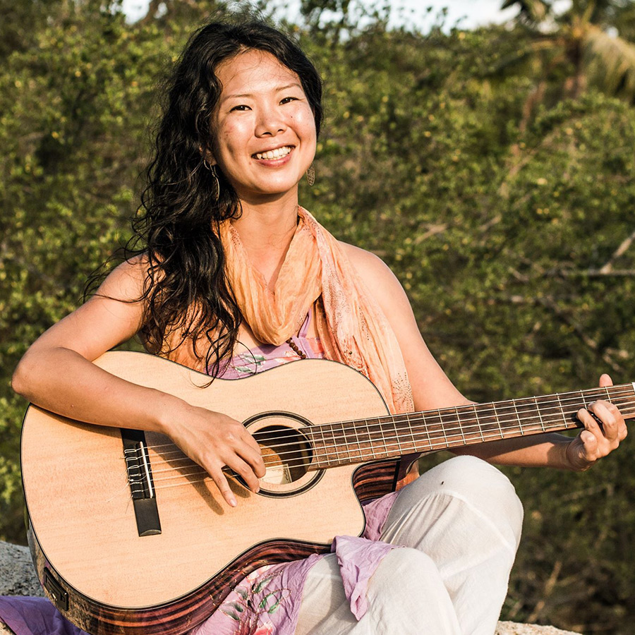 Kirtan zum 1. Geburtstag des Ananda Yoga Hauses in Kempten mit Akari aus Thailand